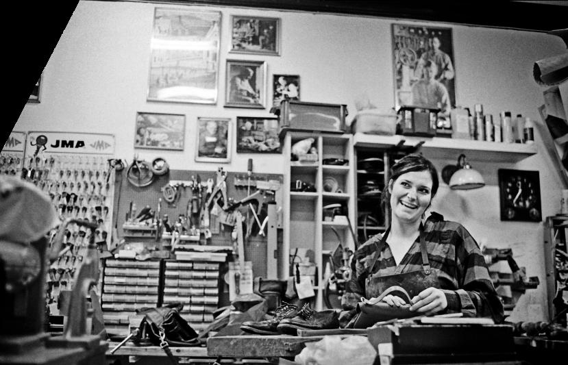 Ida Edwards har overtatt skomakerforretningen i Keiser Wilhelms gate, og håper å avlegge svenneprøve i løpet av året. Foto: Nils Harald Ånstad