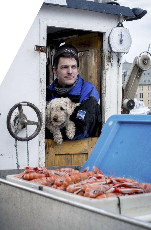 Ting eller tang: Espen Farstad (30) slutta i jobben for fem år sidan, kjøpte en sjark og vart krepsefiskar. – Sjarklivet er ikkje eit kakseliv. Men kva skal vi med så mange ting, seier han.