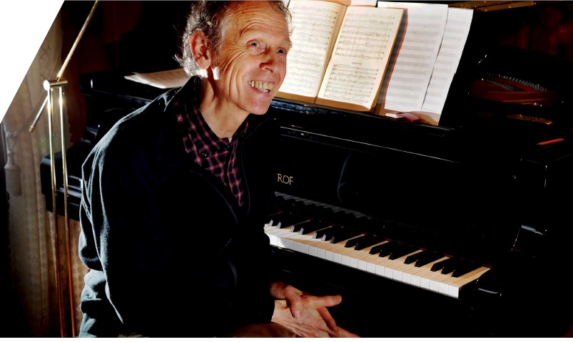 Komponisten Magnar Åm i Volda meiner at det ikkje er nok å lytte til kva andre har lært, men at alle må gjennom den skapande prosessen. Slik opnar ein for større forståing, meiner han. Foto: Knut Arne Aarset